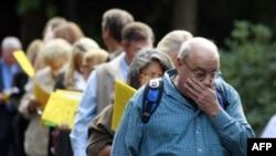 Ông Jay Kober, 60 tuổi, đã bị thất nghiệp 10 tháng nay, xếp hàng tại một hội chợ việc làm ở Portland, Oregan, ngày 15/9/2011