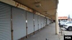 所有的商店都大門深鎖