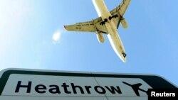 Sebuah pesawat bersiap mendarat di bandara Heathrow, London, 21 April 2010. (REUTERS/Toby Melville/File Photo)
