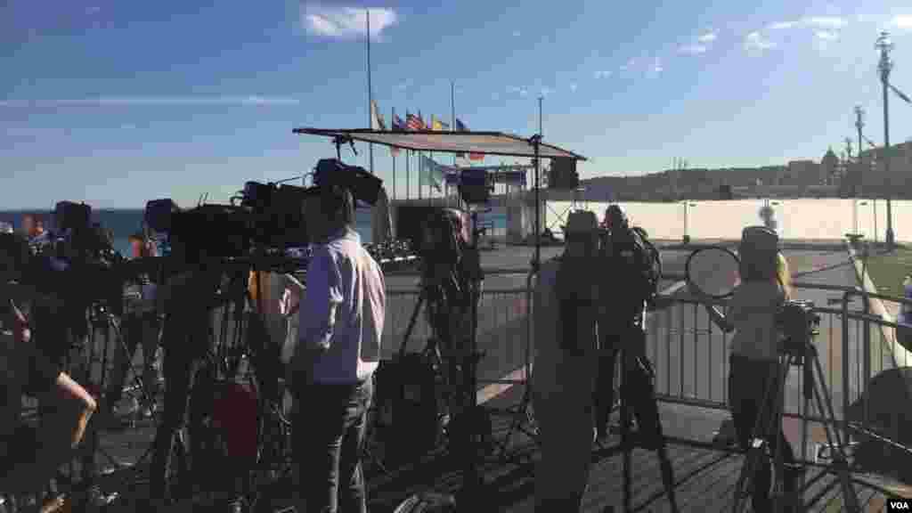 خبرنگاران زیادی از نقاط مختلف دنیا خود را به نیس در جنوب فرانسه رساندهاند.