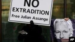 Seorang demonstran pendukung Julian Assange di London, 13 Januari 2020. (Foto: AP)