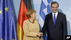 24일 베를린에서 앙겔라 메르켈 독일 총리(왼쪽)와 회동한 안토니스 사마라스 그리스 총리.