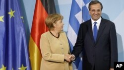 Thủ tướng Đức Angela Merkel (trái) và Thủ tướng Hy Lạp Antonis Samara dự cuộc họp báo chung tại Berlin, Đức, 24/8/12