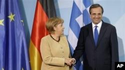 Thủ tướng Đức bà Angela Merkel (trái) bắt tay với Thủ tướng Hy Lạp ông Antonis Samaras ở Berlin, Đức 24.08.2012. (AP Photo/Michael Sohn)