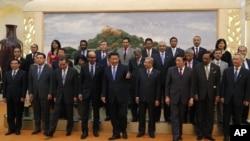 2014年10月24日中國國家主席習近平(中)參加亞洲基礎設施投資銀行簽字儀式。