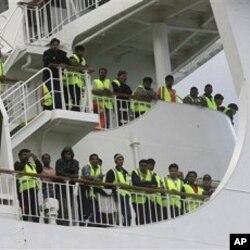 Des Bengalis évacués de Libye, sur un ferry dans le port de Souda en Crète
