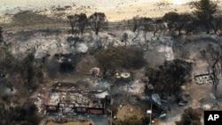Ảnh chụp từ trên kông cho thấy các căn nhà bị thiêu rụi vì cháy rừng gần Boomer Bay, phía nam Australia, ngày 5/1/2013.