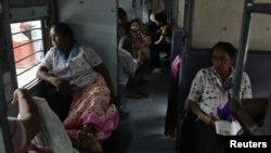 印度停電火車被迫停駛﹐乘客被困車上