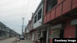 江苏响水县化工厂爆炸地点一公里外的临街店铺门窗破坏情况。(网络图片)