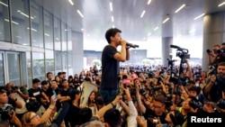Joshua Wong diễn thuyết với người biểu tình bên ngoài cơ quan lập pháp Hong Kong hôm 17 tháng Sáu.