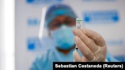 Seorang petugas kesehatan menyiapkan satu dosis vaksin COVID-19 buatan Sinopharm, di Lima, Peru, 9 Februari 2021. (Foto: Reuters/Sebastian Castaneda)