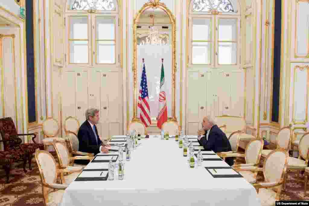 گفتگوی جان کری وزیر خارجه آمریکا و محمدجواد ظریف وزیر امور خارجه ایران در هتل کوبورگ – ۱ ژوئیه ۲۰۱۵