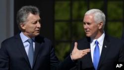 Vis-prezidan ameriken an, Mike Pence, adwat, ak Prezidan ajanten an, Mauricio Macri, nan rezidans gouvènman an nan Buenos Aires, Ajentin, 15 out 2017.