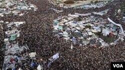 Se calcula que un millón de personas se encuentran reunidas en el Cairo celebrando el fin del gobierno de Mubarak que duró 30 años en el poder.