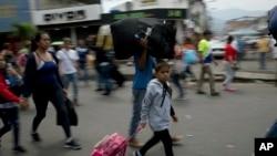 Venesuelalılar ölkəni tərk edirlər, Simon Bolivar beynəlxalq körpüsü, 21 fevral, 2019-cu il.