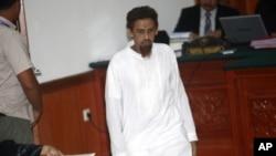 印尼激进分子帕特克6月21日进入雅加达的法院,听取对他的判决