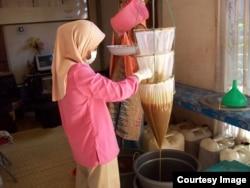 Tiris madu Sumbawa untuk panen lestari lebah hutan (foto: courtesy).
