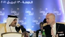 Ngoại trưởng Anh William Hague (phải) trò chuyện với Thái tử Qatar Sheikh Hamad bin Tamim al-Thani trước khi bắt đầu cuộc họp về Libya ở Doha, Qatar, 13/4/2011