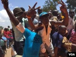 A group of Kizza Besigye supporters in Kisaasi, a suburb of Kampala, Uganda, Feb. 16, 2016. (Photo: J. Craig / VOA)