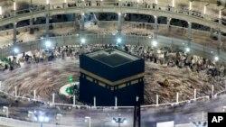 Muslim melakukan Tawaf, mengelilingi Kaabah, sebagian bagian dari rukun Haji (foto: ilustrasi).
