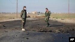 نیروهای کرد در محلی بین موصل و مرز سوریه در شمال عراق، که گفته شده داعش از سلاح شیمیایی استفاده کرده است - اسفند ۱۳۹۳