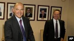 Bộ trưởng tài chính Hy Lạp Yannis Stournaras (phải) đứng cạnh Bộ trưởng tài chính Pháp Pierre Moscovic.