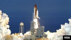 Lapisan busa pelindung panas Discovery terlepas dari pesawat ketika diluncurkan dari bumi.