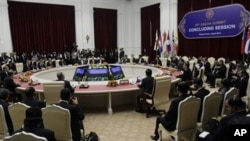 ASEAN delegation members attend the concluding session at the 20th ASEAN Summit at the Peace Palace in Phnom Penh, Cambodia, Wednesday, April 4, 2012. (AP Photo/Heng Sinith)