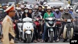 Cảnh sát giao thông tại một ngã tư ở Hà Nội, ngày 31/10/2011.