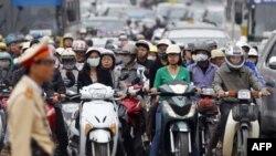 Xe cộ lưu thông trên một con đường ở Hà Nội
