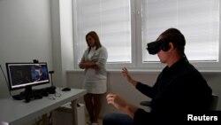 Investigadores de la Escuela de Medicina Keck, de la Universidad del Sur de California, están tratando de ayudar pacientes con parálisis mediante la conexión del cerebro a una computadora y el uso de la realidad virtual.