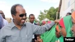 Le président somalien Hassan Sheikh Mohamud dans un camp de réfugiés le 6 juin 2016.