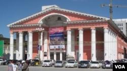 蒙古首都烏蘭巴托市中心的俄式建築物,類似建築物在俄羅斯也能遇到 (美國之音白樺 拍攝)