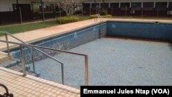 A l'image du centre, la piscine de rééducation des malades est sans eau, à Yaoundé, le 13 mars 2017. (VOA/Emmanuel Jules Ntap)