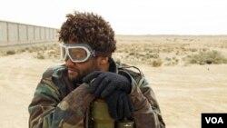 Seorang pemberontak bertumpu pada sebuah landasan roket di Ajdabiyah, Libya. DK PBB mempertimbangkan resolusi larangan terbang atas Libya.