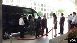 中国国台办主任张志军抵达美国国务院(美国之音 钟辰芳拍摄)