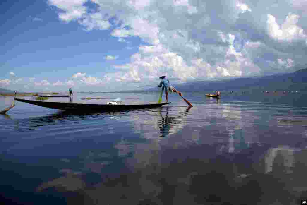 Ethnic Innthas row their boats to fish in Inlay lake, Nyaung Shwe township, southern Shan State, Myanmar.