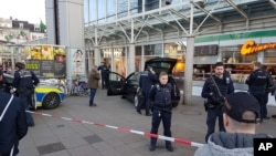 ماموران پلیس در مقابل فروشگاهی در شهر هایدلبرگ آلمان که یک خودرو با گروهی از مردم برخورد و سه نفر را زخمی کرد - ۷ اسفند ۱۳۹۵