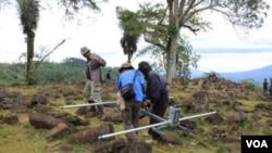 Para peneliti sedang melakukan serangkaian analisis dan penelitian Situs Gunung Padang, di Cianjur, Jawa Barat (foto: VOA/R. Teja Wulan).