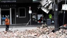 Seorang petugas memeriksa kerusakan sebuah bangunan di Chapel Street, pusat perbelanjaan populer di Melbourne, setelah gempa berkekuatan 5,9 SR mengguncang kawasan tersebut, 22 September 2021. (Foto oleh William WEST / AFP)
