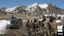 Pasukan Pakistan melakukan patroli di Ditta Kheil, Waziristan utara dekat perbatasan Afghanistan (foto: dok).
