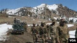 Tentara Pakistan melakukan patroli di Waziristan utara (foto: dok.).