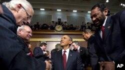 24일 국정연설에 앞서 상.하원의원들과 악수하는 오바마 대통령