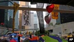Tenda-tenda di lokasi yang diduduki oleh demonstran pro-demokrasi di luar gedung pemerintahan di Hong Kong, 26 Oktober 2014.