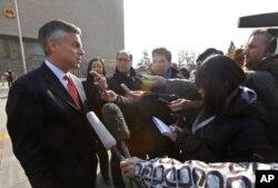 洪博培在北京高等法院外面对记者发表谈话(2011年2月18日)