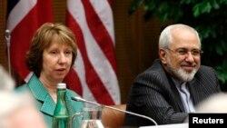 محمدجواد ظریف وزیر امور خارجه ایران (راست) و کاترین اشتون مسئول سیاست خارجی اتحادیه اروپا