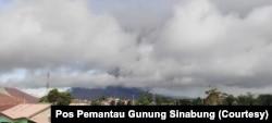 Puncak Gunung Sinabung di Kabupaten Karo, Sumatra Utara, tertutup awan usai mengalami erupsi tiga kali, Kamis, 13 Agustus 2020. (Foto: Pos Pemantau Gunung Sinabung)