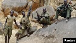 جنوبی سوڈان کے نوبا پہاڑی سلسلے میں مورچہ زن باغی۔ 2 مئی 2012