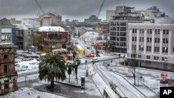 Lapisan salju menutupi jalan-jalan di Christchurch, Selandia Baru, Jumat (21/6). (AP/New Zealand Herald, Martin Hunter)