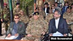 پاکستان کے وزیر اعظم شاہد خاقان عباسی، پاک فوج کے سربراہ جنرل قمر جاوید باجوہ اور پاکستانی کشمیر کے وزیر اعظم راجا فاروق حیدر ، لائن آف کنٹرول کے دورے کے موقع پر۔ 10 نومبر 2017
